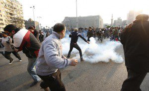Egypt police attck protesters in tear gas