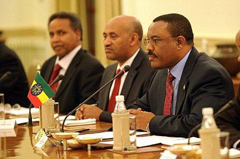 Ethiopian Deputy Prime Minister and Minister of Foreign Affairs Hailemariam Desalegn, right (file photo)