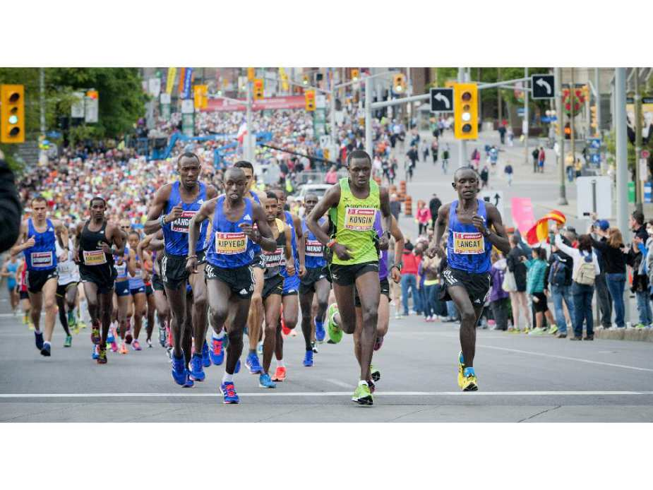 The crowd of runners, led by the elite athletes, kick off the first part of the marathon at Tamarack Ottawa Race Weekend, Sunday, May 24, 2015.