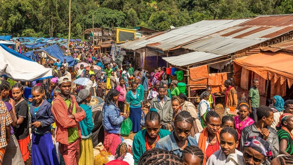JIMMA, ETHIOPIA - MAY 2, 2015 : Popular and crowded african market in Jimma, Ethiopia with many people buying and selling. Photo taken on: May 02nd, 2015