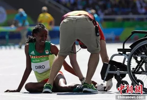 Shoeless runner Diro of Ethiopia makes heroine in steeplechase at Rio/ Photo courtesy of People's Daily/ mb.com.ph