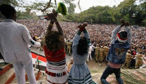 Demonstrators chant slogans while flashing the Oromo protest gesture during Irreecha, the thanksgiving festival of the Oromo people, in Bishoftu town, Oromia region, Ethiopia, October 2, 2016 (Reuters Photo)