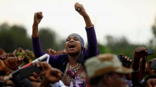 Demonstrators chant slogans while flashing the Oromo protest gesture during Irreecha, the thanksgiving festival of the Oromo people, in Bishoftu town, Oromia on October 2, 2016 (Reuters/Tiksa Negeri Photo)