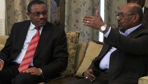 Ethiopian Prime Minister Hailemariam Desalegn (L) meets with Sudan's President Omer al-Bashir at the Presidential Palace in Khartoum on December 3, 2013 (AFP Photo)