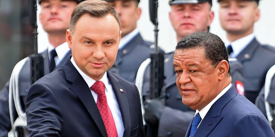 Ethiopian President Mulatu Teshome Wirtu (right) and Polish President Andrzej Duda during a welcoming ceremony at the presidential palace in Warsaw, Poland, on April 24, 2018. AFP PHOTO | JANEK SKARZYNSKI